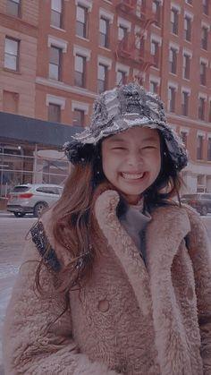Queenpink 💖 [icons and wallpapers] Kpop Girl Groups, Korean Girl Groups, Kpop Girls, Kim Jennie, Lisa Blackpink Wallpaper, Black Pink Kpop, Blackpink Photos, Kim Jisoo, Blackpink Fashion