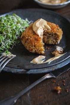 Crab cakes with spicy mayonnaise - Trois fois par jour Homemade Crab Cakes, Crab Cake Recipes, Clean Recipes, Cooking Recipes, Confort Food, Clean Eating Snacks, Fish And Seafood, Food Inspiration, Love Food