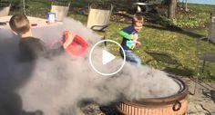 Crianças Limpam Lareira De Exterior Com o Equipamento Errado