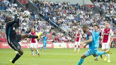 Kenneth Vermeer keepte zondagmiddag in de eerste wedstrijd van het nieuwe seizoen tegen Vitesse een uitstekende wedstrijd. De goalie had een groot aandeel in de 4-1 overwinning van de Amsterdammers en werd dan ook niet voor niets uitgeroepen tot man van de wedstrijd.
