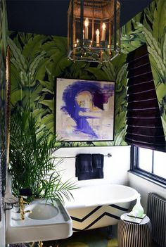 intérieur, déco : salle de bain, papier peint feuillage, bananier, vert-violet