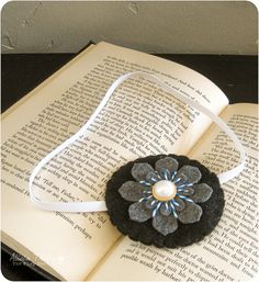 Bookmark DIY using felt and elastic.