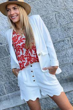 Et si vous adoptiez le blaser blanc avec votre joli short ? Look Short, Blazer, White Shorts, Collection, Women, Style, Fashion, Floral, Pretty