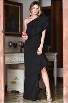 Vestido longo em crepe preto um ombro só, babado no decote e na fenda de abertura da saia. Possui zíper lateral.97% poliéster, 3% elastano.Medidas da modelo:Altura: 1,68 mQuadril: 90 cmCintura: 64 cmB...