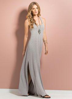 vestido cinza de malha londo com duas fendas laterais