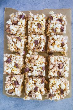 With a handful of ingredients and under ten minutes, you can make these delicious ooey-gooey, melty Candy Popcorn Treats with Rolos. Popcorn Mix, Candy Popcorn, Marshmallow Popcorn, Mini Marshmallows, Rice Krispie Treats, Rice Krispies, Snickers Bars Recipe, Popcorn Recipes, Corn Syrup