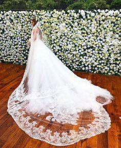 O véu de noiva de Marina Ruy Barbosa tem delicado bordado