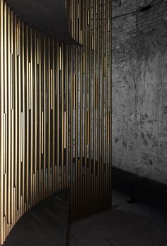 Curved walls made of golden alu tubes Partition Screen, Divider Screen, Partition Ideas, Metal Design, Wall Design, Design Design, Metal Wall Panel, Metal Walls, Decorative Metal Screen