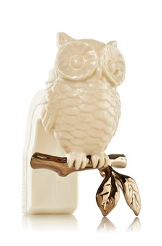 Owl you need for a scent-sational fragrance makeover! Pair this perfectly perched owl with your fave fragrances for a dash of autumn-inspired décor! Rotating plug adjusts to fit vertical and horizontal outlets! #BathandBodyWorks