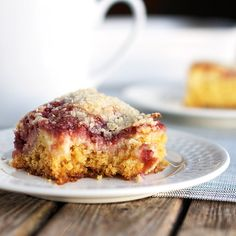 This raspberry cream cheese coffee cake is a delicious way to sneak a little fruit into everyone& favorite brunch. SO easy to make! Just Desserts, Delicious Desserts, Yummy Food, Yummy Yummy, Edamame, Cake Recipes, Dessert Recipes, Breakfast Recipes, Breakfast Pastries