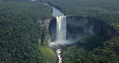 """As 11 cachoeiras mais incríveis do mundo - CATARATAS DE KAIETEUR - GUIANA A Guiana, nossa vizinha sul-americana, entra na lista com a Kaieteur, que é uma das cataratas que mais produzem volume de água no mundo, fazendo 663 metros cúbicos por segundo. É a 123ª mais alta do ranking, com 226 metros de altura e deságua no rio Potaro, na região central da Guiana. De acordo com a """"bíblia"""" das cachoeiras, a Kaieteur é a 26ª mais bela do planeta."""