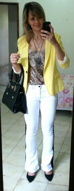 Amarelo e animal print. blazer amarelo. calça branca.