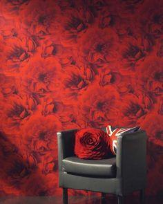 un papier peint à roses rouges dans le salon