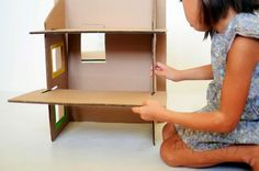 DIY: Dollhouse made from recycled cardboard - - Top Paper Crafts Diy Cardboard Furniture, Cardboard Box Crafts, Cardboard Toys, Cardboard Dollhouse, Cardboard Playhouse, Diy Dollhouse, Miniature Furniture, Dollhouse Furniture, Barbie Furniture