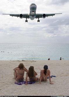 757 coming over Maho Beach, St. Maarten - Princess Juliana