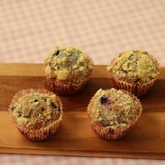 Heb je deze heerlijkerds al gezien? Deze kan je toch niet aan je neus voorbij laten gaan. Lekker voor het weekend of om de week mee te starten. Kijk voor het hele recept op www.fionakookt.nl #fionakookt #gadvergluten #glutenvrij #lactosevrij #FODMAP #lactosefree #glutenfree #bakken #muffins #cupcakes #cake #oven #lekkereten #bleuberry #crumble #genietenvaneten #cakejeerbij #lowfodmapgenieten #supperlekkereten #foodlove #foodlovefollow #watetenwevandaag #watbakkenwevandaag Muffins, Breakfast, Food, Morning Coffee, Meal, Essen, Muffin, Hoods, Meals