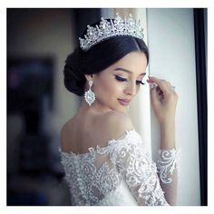 Este posibil ca imaginea să conţină: 1 persoană wedding hairstyles with tiara Bridal Hair Updo, Wedding Headband, Bridal Crown, Wedding Updo, Wedding Hijab, Wedding Tiaras, Wedding Hairstyles With Crown, Bride Hairstyles, Sweet 15 Hairstyles
