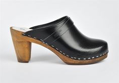 Classic clogs in black leather.