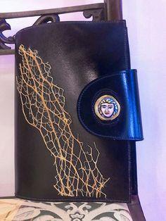 #Portaagenda in pelle #Decortack decorato con #fibradificodindia e #testadimoro su tondo di #ceramicadipintaamano  Misure agenda: altezza 20,5cm - larghezza14,5cm