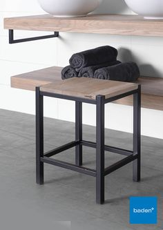 De combinatie van hout met geborsteld of matzwart staal is uitermate geschikt voor de stoere badkamer. #zwart #krukje #badkamer