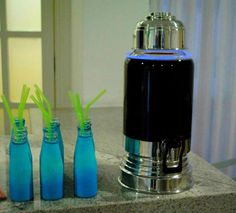 Aniversário Azul e Preto Festa Balada para menino de 10 anos com suqueira e garrafinhas neon revestidas de bexigas.
