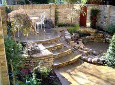 patio con plazoleta redonda y escaleras de piedra