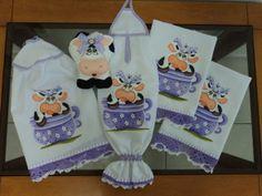 Kit de cozinha com pintura em tecido de vaquinha e barrado de crochê! Feito em no tecido de tergal branco.Faço da cor da sua preferência! o kit é composto de 5 peças: >1 pano de prato(feito no tecido de sacaria da estilotex) >1 pano de prato(feito no tecido de sacaria da estilotex) >1 porta pano de prato de vaquinha(Feita em feltro) >1 puxar saco >1 capa do bujão de gás R$ 148,58