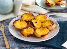 Go all the way to Portugal to have these sweets little egg tarts, flavored with lemon and cinnamon. - Recipe Dessert : Pasteis de nata, little portuguese egg tarts by PetitChef_Official Portuguese Egg Tart, Portuguese Desserts, Portuguese Recipes, Pastry Recipes, Baking Recipes, Dessert Recipes, Dessert Weight Watchers, Custard Tart, Desert Recipes