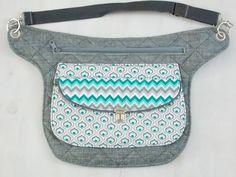 Diese Hüfttasche wurde nach meinem eigenen Schnittmuster von mir genäht. Die Maße der Tasche: 50cm breit, 29cm hoch. Der Umfang ist variabel von 87cm-110cm. Auf Wunsch kann auch ein längerer oder...