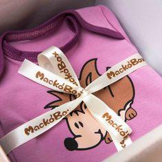 Babaváró csomagjaink kis szériában készülnek. Ezt a kollekciót az erdei állatok ihlették, a kislányoknak a sünit választottuk álomhozó kisállatnak. Az alapszín a klasszikus babaruha színekhez közel áll, ám a rózsaszín helyett egy különlegesebb árnyalat, a mályva kapott főszerepet. Lany, Minion, Minions
