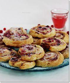 Gizi-receptjei: Ribizlis-túrós mini csiga. Minion, Parfait, Oreo, French Toast, Breakfast, Food, Morning Coffee, Essen, Minions