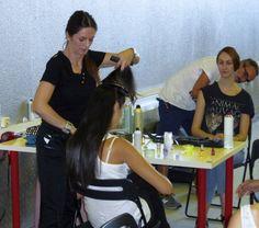 En el backstage, preparando a las modelos.