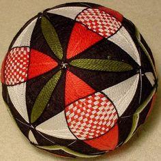 Las Bolas Temari son una forma de arte popular chino y japonés en el que pequeñas bolas están bordadas con impresionantes patrones para decoración.