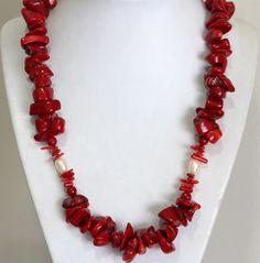 Colar de coral verdadeiro vermelho de diversos tamanhos e formatos com pérolas brancas cultivadas em água doce,7x10 mm e fecho em prata 925. Comprimento: 52,00 de uma ponta a outra.