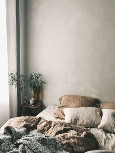 Minimalist Bedroom Ideas Perfect For Being on a Budget Discover bedroom decorating ideas modern minimalist only in popi home design Minimal Bedroom, Stylish Bedroom, Cozy Bedroom, Bedroom Inspo, Bedroom Decor, Bedroom Ideas, Linen Bedroom, Bedroom Designs, Wall Decor