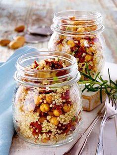 Lässt sich super vorbereiten und mitnehmen - unser #Quinoa-Salat mit #Kichererbsen und #Tomaten