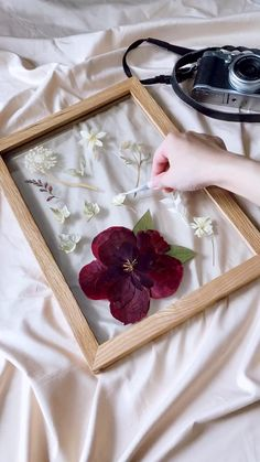 Pressed Flowers Frame, Pressed Flower Art, Flower Frame, Diy Crafts For Girls, Diy Crafts For Home Decor, Diy Wall Decor, Diy Resin Art, Resin Crafts, Flower Crafts