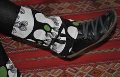 Tambouille et bagatelle: Tuto Guêtres Tissu et polaire Sewing Tutorials, Sewing Projects, Leg Warmers, Needlework, Air Jordans, Sneakers Nike, Boots, Ranger, Palette