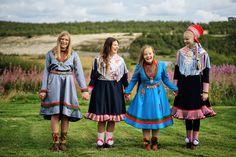 Samiske veivisere reiser rundt og informerer ungdommer i skoler og andre arenaer om samisk kultur og samfunnsforhold. Tilbudet er gratis.De samiske veiviserne reiser hovedsaklig rundt på videregående skoler, men besøker også gjerne andre ungdomsfora og studenter ved lærerutdanningene i landet, og opplever at deres kunnskaper er sterkt etterspurt også på dette nivået. Årlig velges det fire samiske ungdommer mellom 18-25 år for å bli samiske veivisere. Jumpers, Harajuku, Summer Dresses, Instagram, Style, Fashion, Voyage, Moda, Summer Sundresses