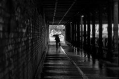 Fine Art Fotografie : Begegnungen im Tunnel -  schwarz / weiß Straßenfot...
