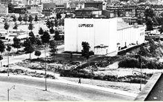 Rotterdam - Kruisplein met noodbioscoop LuTuSca (Lumiere, Tuschinski, Scala). Na het bombardement.