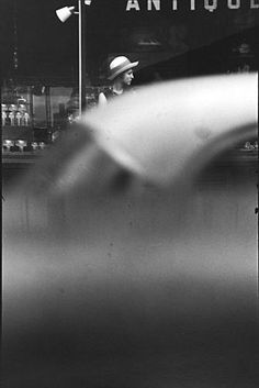 Black & White Photography Inspiration : zzzze: Saul Leiter Untitled n. Saul Leiter, Saul Steinberg, Old Photography, History Of Photography, Amazing Photography, Street Photography, Photography Composition, Photography Magazine, Photography Portfolio