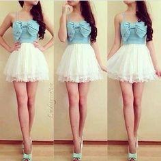 Un vestido corto. De color azul celeste y blanco de la parte de abajo.
