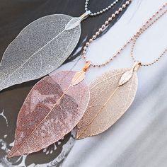 Feine Ketten verziert mit Blatt Anhängern aus echten metallbeschichteten Blättern Leaf Jewelry, Jewelry Art, Beaded Jewelry, Jewelry Necklaces, Fashion Jewelry, Collar Macrame, Jewelry Drawing, Leaf Pendant, Locket Necklace