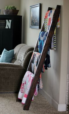 $15 DIY Quilt Ladder - we need this with all the blankets we have piled around the living room!