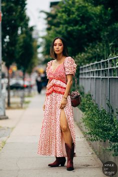 Ruffle Maxi Dress + cowboy boots New York SS 2019 Street Style: Aimee Song New York Street Style, Street Style Chic, Fashion Week, Fashion Photo, Fashion Trends, Street Fashion, Spring Summer Fashion, Autumn Fashion, New Yorker Mode