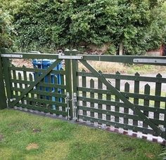 How great does this garden gate look (TWO YEARS ON!!) - finished in Osmo Natural Oil Woodstain?  Firstly, our lovely customer Gareth scrubbed the gate with Osmo Wood Reviver Power Gel (6609) and then applied 2 coats of Osmo Natural Oil Woodstain in the colour Fir Green.