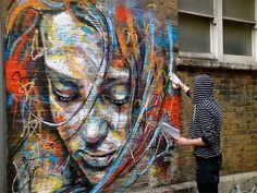 David Walker en accion, pintando sobre la pared tecnica maguistral