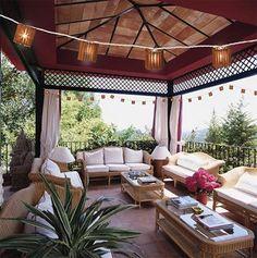 Outdoor living space! Comfort+fresh air+lanterns