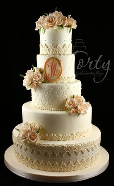 Wedding cake by Luminita Guzu - http://cakesdecor.com/cakes/250826-wedding-cake